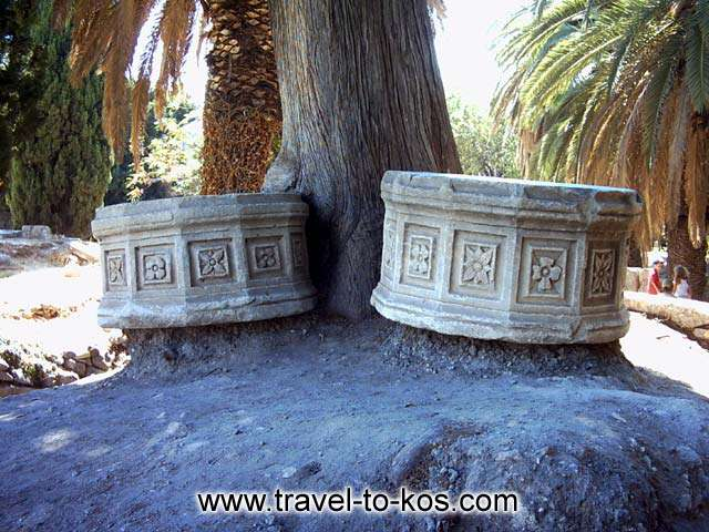 THE ANCIENT TOWN - Around the archaeological site of the ancient town of Kos, you can see many sculptures that were excavations brought to light.